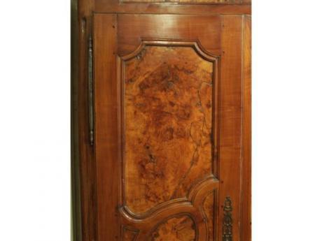 petite armoire bressane en loupe d 39 orme. Black Bedroom Furniture Sets. Home Design Ideas